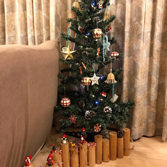 季節のイベントを楽しむ/季節を楽しむ/お気に入りのオーナメント/オーナメント/足元隠し/クリスマスツリー クリスマスツリーの足元隠しの丸太の上にオ…