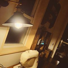 ウォールライト/ミシン作業台/百均ランプ/レトロな照明/アンティーク風/おうち時間/... 四連休終わったーーーーッ😅💦  ワタシ的…(3枚目)