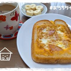おうちカフェ/おうちごはん 本日の朝ごはん。  厚切りパンで、くり抜…
