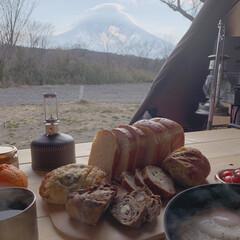 キャンプごはん/わたしのごはん 友人のお店の美味しいパン。主人が淹れてく…
