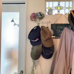 イベント参加再投稿です/壁掛け収納/玄関ホール/ホワイト/S字フック/かける収納/... 我が家の帽子収納。 玄関ホールの壁にお気…