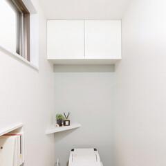 トイレ上部収納/隠す収納/家事室/サニタリー/掃除道具/洗剤/...  こちらの扉付き収納は、トイレ上部のデッ…