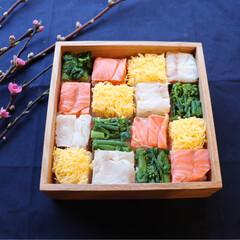 ランチ/お重/お弁当/手作りごはん/モザイク寿司/押し寿司/... ひな祭り用に作った押し寿司🎎 小分けに分…(2枚目)