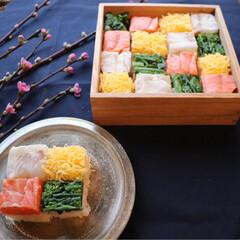 ランチ/お重/お弁当/手作りごはん/モザイク寿司/押し寿司/... ひな祭り用に作った押し寿司🎎 小分けに分…