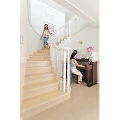 R階段/リビング階段 R階段が優雅な曲線を描いて2階へと誘う。