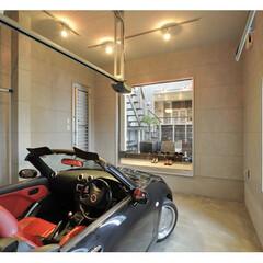ビルドインガレージ/シャワーブース/スケルトン階段/注文住宅 勾配天井の吹き抜けとストリップ階段、ガレ…