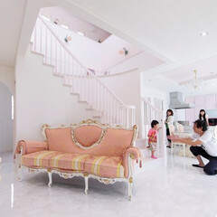 R階段/注文住宅 ピンクと白で統一されたリビングに、奥様が…