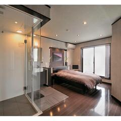 シャワーブース/スケルトン階段/ビルドインガレージ/注文住宅 洗面台、シャワーブースまで調った主寝室。