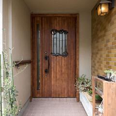 玄関/ドア/木目/アイアン/ドアノブ/格子/... 玄関ドアにこだわってみました。  ドアの…