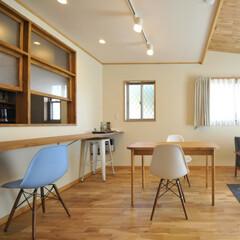 キッチン/リビング/木製サッシ/カウンターテーブル/白い壁/木目調/... キッチンとリビングを室内の木製サッシで分…