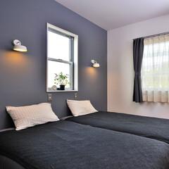 寝室/壁紙/ベッドカバー/カラーコーディネート/カーテン/ベッド/... 寝室のリフォームでは 壁の1面をグレー系…