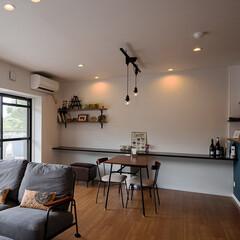 リビング/壁/カウンターテーブル/テーブル/照明/スタイリッシュ/... リビングの壁一面にカウンターテーブルを設…(1枚目)