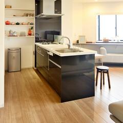 キッチン/リビング/カウンターテーブル/出窓/窓/壁収納/... キッチンとリビングをまとめて 開放感のあ…