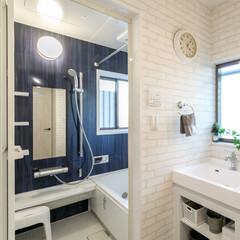 浴室/洗面所/青/色彩/風呂/バスルーム/... 白を基調とした洗面所と浴室。 浴室の1面…