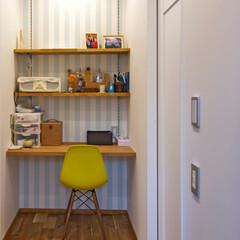 書斎/廊下/棚/ストライプ/壁紙/明るい/... 廊下の突き当たりに棚とデスクを設けて 書…