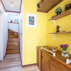 玄関/玄関ホール/壁/棚/収納/収納棚/... 玄関ホールを明るく元気になる色にしてみま…