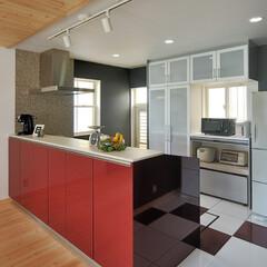 キッチン/収納/キッチンフロアー/フロアタイル/キッチン収納/赤色/... スタイリッシュな雰囲気のキッチンにリフォ…