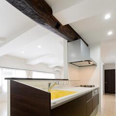 キッチン/対面型キッチン/梁/天井/シンク/黄色/... キッチンのリフォームでは、 天井の梁を活…