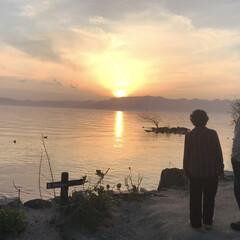朱色?/仲良し/両親/湖/夕陽/フォロー大歓迎/... 夕陽を眺める 両親😊 結婚してから 50…
