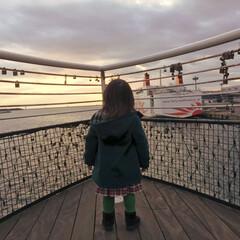 4歳児/男の子/黄昏/夕日の沈む海/夕日/海/... 海に沈む夕日を眺めて、黄昏る4歳児🤣🤣 …