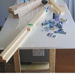 壁リメイク/インテリア 柱を立てて板を張り、冷蔵庫とその上のスト…