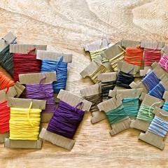 色見本プレート/糸巻き/さしこ糸/刺繍糸/ミサンガ 小学校では 刺繍糸を使ってミサンガを作る…(1枚目)