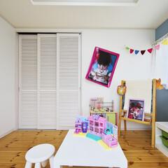 子供部屋/収納/クロス/フローリング/無垢/かわいい クローゼットの扉はおすすめの3連引き戸。…