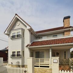 屋根/鎧調/サイディング/煙突/タイル/レンガ/... 赤い屋根と白い鎧調のサイディングが印象的…