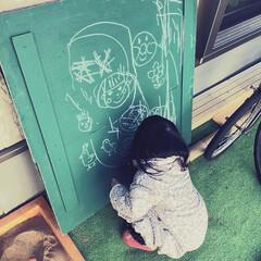 黒板/遊具/ラクガキ/チョーク/黒板塗料/娘/... 砂場の天板の裏に黒板塗料を塗り、そこでお…