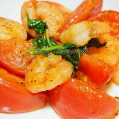 えびとトマトのバジル炒め/オリーブオイル/手料理/おうち時間/おうちごはん/stayhome/... 今夜作った えびとトマトのバジル炒めです。(2枚目)
