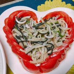 サラダ ハートのお皿♥️ ハートにトマトを盛り付…