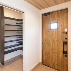 クローゼット収納/シティハウス産業/家づくり/間取り/マイホーム計画/新築一戸建て/... 木目の玄関ドアと天井に貼った木目のクロス…