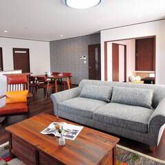 LDK/ソファ/ダイニングテーブル/ロッキングチェア 対面キッチンの視線の先にはソファで寛ぐ家…