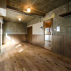 リノベーション/中古マンション/アンティーク/コンクリート/木/ラワン/... コンクリートの壁や天井に囲まれた室内に、…