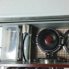 キッチン収納/キッチン/持たない暮らし/セリア/ダイソー/突っ張り棒/... キッチンのシンク下収納です。 左側から、…