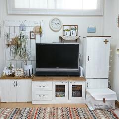 リビング/板壁風/カラーボックスリメイク/家具リメイク/DIY/セリアの取っ手 10年超えのテレビ台に白く塗ったベニヤ板…