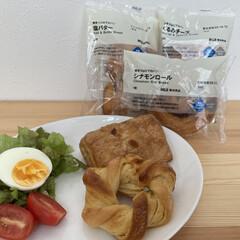 おうちご飯/お気に入りの食器/こだわりのテーブル 無印良品の糖質10g以下のパンを朝食に。…