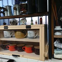キッチン/雑貨だいすき/出窓/有効活用/デッドスペース/パンケース/... DIYしたパンケースにマグカップなどディ…