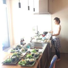 ステンレスキッチン/マイホーム/フォロー大歓迎/グルメ/フード/おうちごはん/... 友達がとってくれたお料理中の私。  キッ…