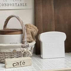 ダイニングテーブル/珈琲/かご/タイル/ホワイトインテリア/ホワイト/... ダイソーさんの食パン保存容器  パンの形…(1枚目)