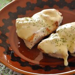 おうちごはん/おかず/鶏肉/簡単/フライパン一つ 【ふっくらしっとり♡鶏むね肉のチーズ焼き…