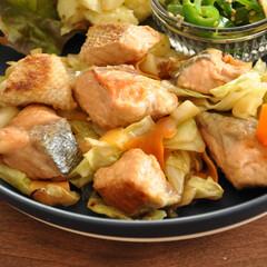 おかず/グルメ/フード/おうちごはん/キッチン 【鮭と野菜の炒めもの】 キャベツやにんじ…