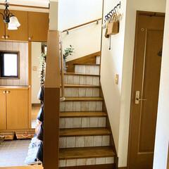 テンペーパー/リメイクシート木目調/リメイクシート/建売住宅/雑貨好き/階段/... 階段の蹴込部分と玄関の小窓まわりにリメイ…