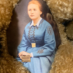 LIMIAインテリア部/雑貨/暮らし/住まい/ブルー マルガリーテ・シュタイフの肖像画の衣装が…