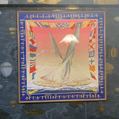 リビング/エルメスのスカーフ/スカーフ額装/フォルナセッティ/テシード/Cole and Son/... こちらはリビングの壁面。壁紙は自分で貼り…