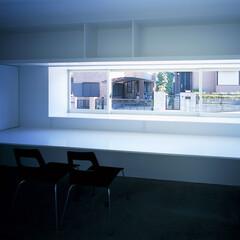 横浜/ガレージハウス/SOHO 造り付けのデスクと棚のあるホームオフィス。