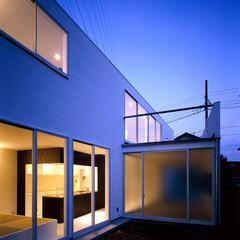 横浜/ガレージハウス/SOHO 夜景外観、庭から。