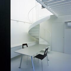 横浜/ガレージハウス/SOHO 螺旋階段と主室。