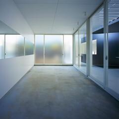 横浜/ガレージハウス/SOHO ガレージと一体の主室。