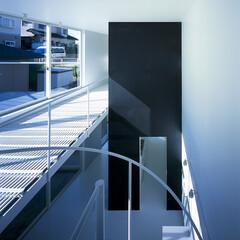 横浜/ガレージハウス/SOHO 螺旋階段上より主室を見下ろす。
